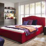 Projektant radzi: łóżko drewniane czy tapicerowane?